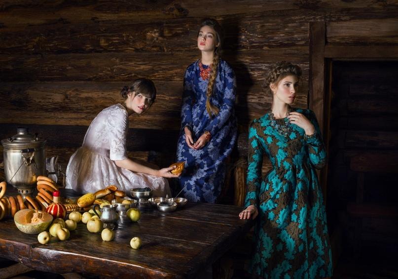 Три девицы под окном в ожидании русского джентльмена.