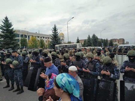 Намаз полицейских и протестующих в Ингушетии