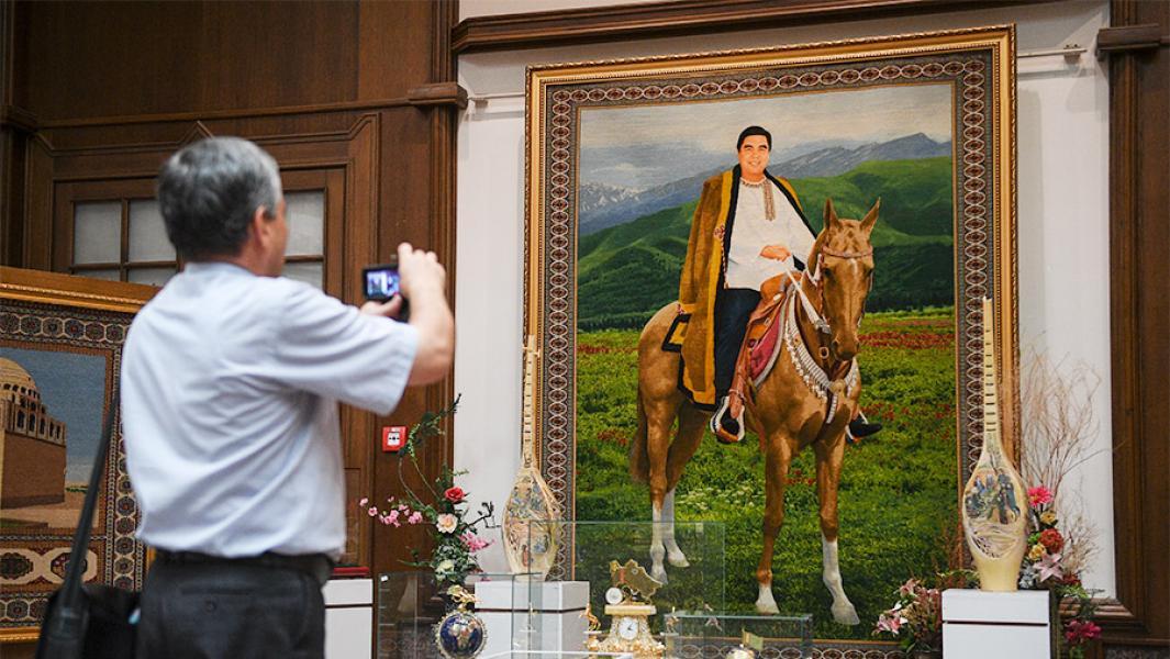 Портрет президента Туркмении Гурбангулы Бердымухаммедова в Государственном музее Государственного культурного центра Туркменистана