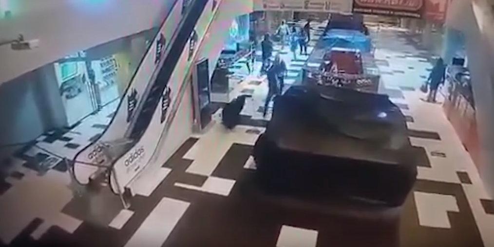 Банда молодых мигрантов разгромила и ограбила ТЦ в Екатеринбурге