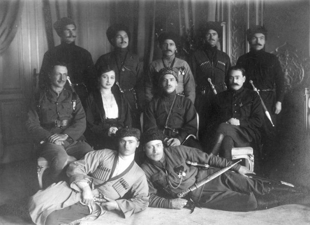 Лазарь Бичерахов (сидит в центре) и его боевые соратники