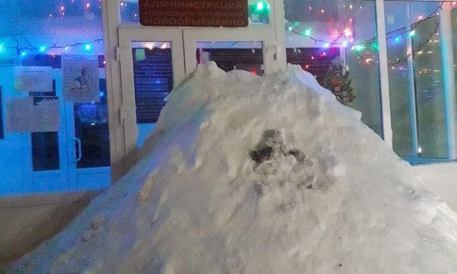 Снег перед входом в администрацию Новосемейкино