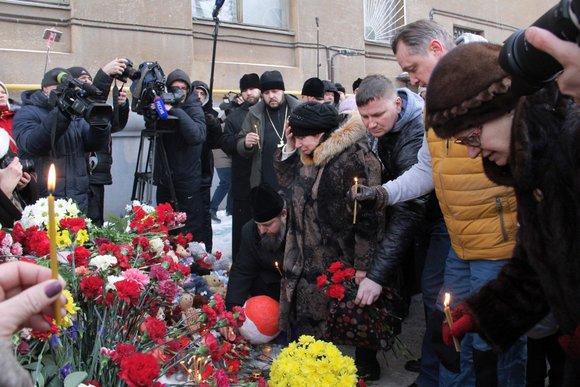В Магнитогорске проходят церемонии прощания. Люди несут цветы, свечи и игрушки к зданию, в котором произошёл взрыв.