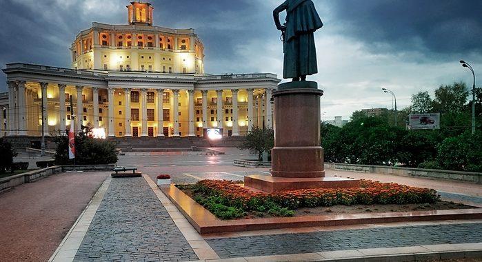Площадь Суворова в Москве
