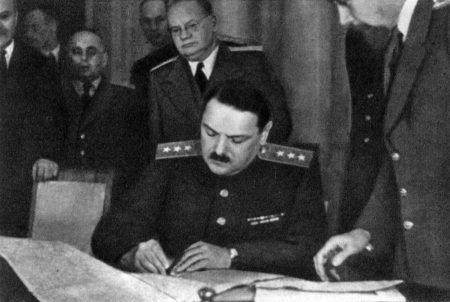 А. А. Жданов подписывает перемирие с Финляндией 19 сентября 1944 года