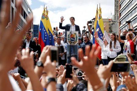 Митингующие в Каракасе во время принесения Гуйадо символической присяги