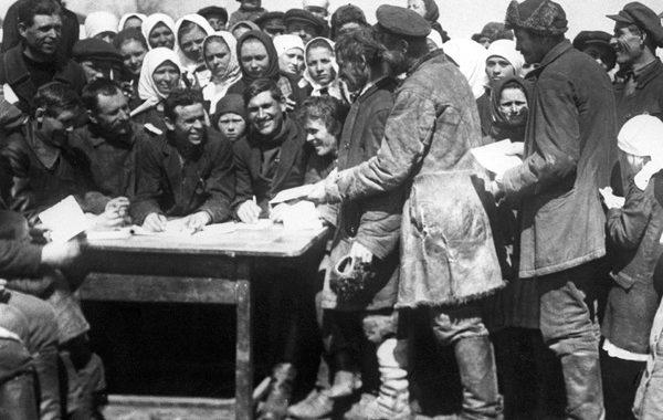 Крестьяне записываются в колхоз. 1930 год