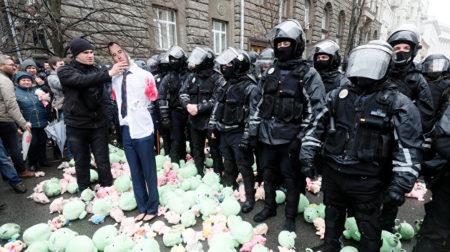 Участники антикоррупционного митинга в Киеве забросали здание Администрации президента Украины тысячами свиней