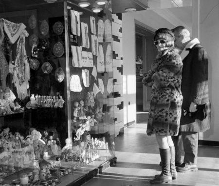 Покупатели в магазине Берёзка