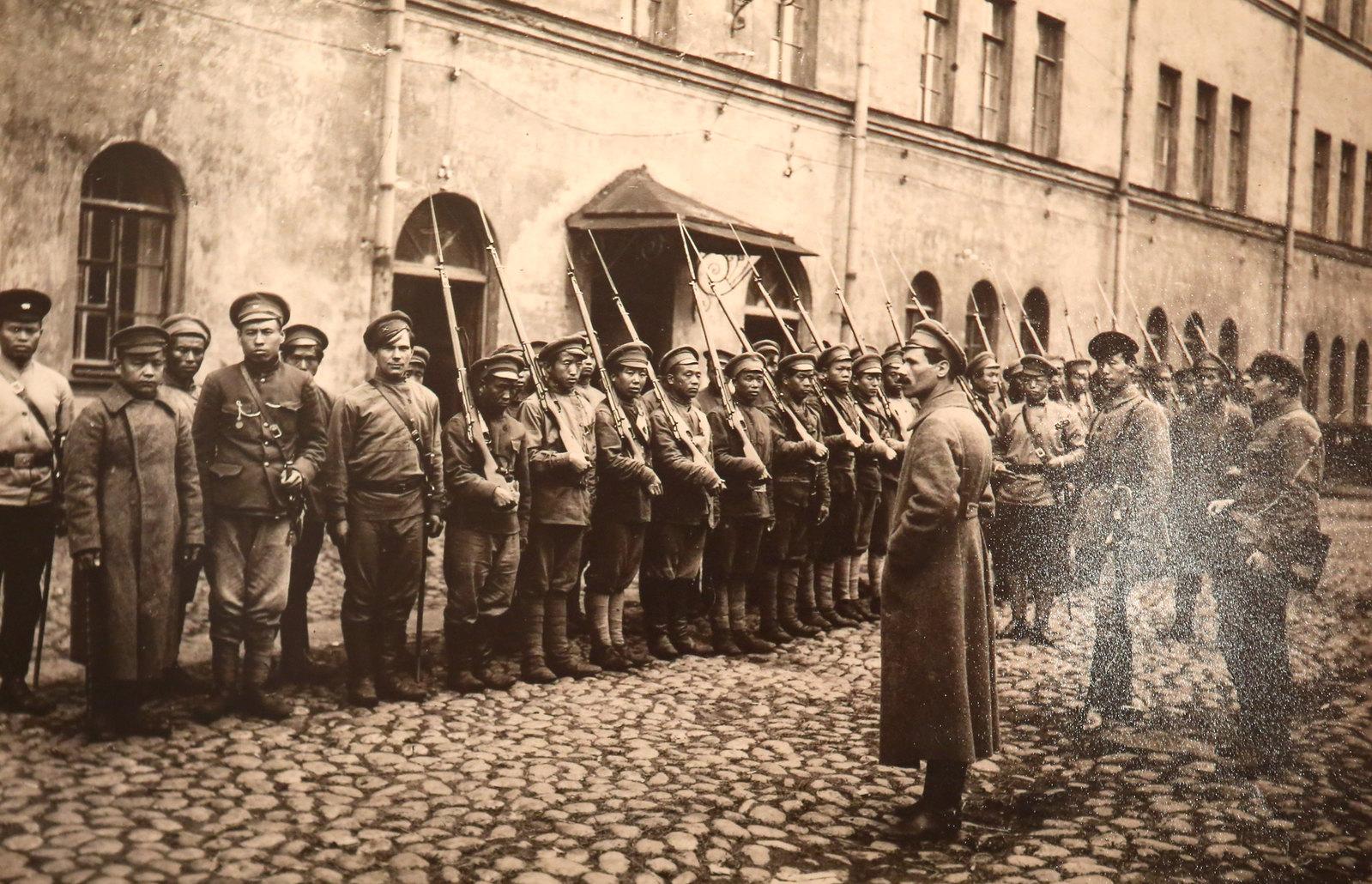Первый интернациональный китайский отряд перед отправкой на ярославский фронт. Петроград, 1918 год