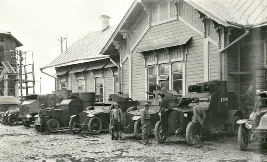 Броневики у вокзала станции Всполье